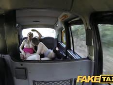 Молодые пассажирки такси занимаются любовью на заднем сиденье