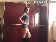Развратная девушка Nataly Deville обоссала и довела до эякуляции