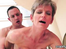 Худая зрелая женщина делает минет и трахается с молодым парнем