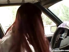 Рыжая женщина останавливает машину и мастурбирует киску рукой