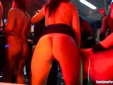 Пьяные девки вытворяют непристойные вещи на шумной вечеринке