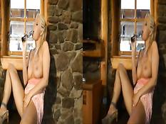 Возбуждённая блондинка мастурбирует волосатую киску вибратором