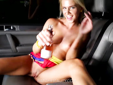 Сексуальная блондиночка руками мастурбирует киску в автомобиле