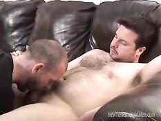 Коротко стриженный гей на порно кастинге делает пареньку минет