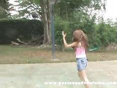 Колумбийская девчонка Сара отсасывает член и получает в задницу