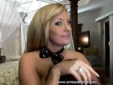 Блондиночка Ember Reigns сжимает большие сиськи и сосёт фаллос