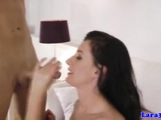 Очень сексуальная зрелая женщина Lara ебётся с молодым парнем