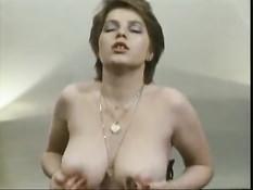 Женщины с волосатыми кисками трахаются в немецком порно фильме