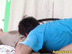 Два юных азиатских голубых парня обоссали друг друга на кровати