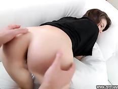 Русская девушка отсасывает член и наслаждается анальным сексом