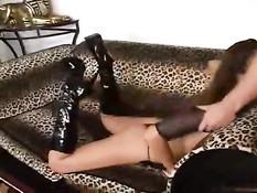 Секс рабыне в чёрном белье Amber Rayne суют член глубоко в рот