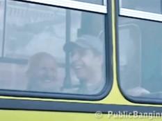 Русская девушка занимается с парнем сексом в городском автобусе