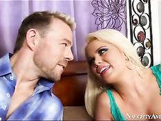 Грудастая блондинка Alexis Ford оттрахана на кровати во влагалище