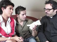Мужчина отодрал на кровати латинскую шлюху и залил спермой рот