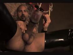 Гей в чёрном кожаном белье накачивает хуй помпой и дрочит руками