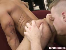 Возбуждённый гей сделал приятелю анилингус и оттрахал на диване