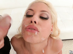 Порно с сисястой зрелой блондинкой в сетчатых чулках Bridgette B