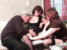Две развратные проститутки занимаются сексом с пожилым мужчиной