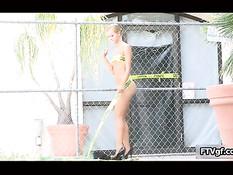 Блондинка Jessie Rogers гуляет без трусиков и ласкает бритую пизду