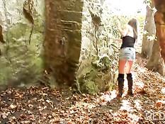 Французская брюнетка отсасывает и трахается с мужиками в пещере