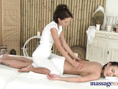После нежного эротического массажа девки трутся своими кисками