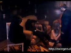 Красивые и очень сексуальные дамочки развлекаются на свинг пати