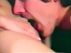 Две немецкие девчонки занимаются групповым сексом в ретро порно