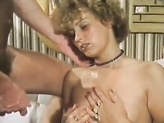 Немецкая девка участвует в сексуальной оргии в ретро порно фильме