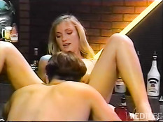 Блондинку с волосатой киской отодрали в баре в классическом порно