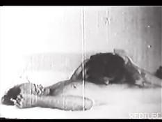 Грудастая дама трахается с мужчиной в чёрно-белой ретро порнухе