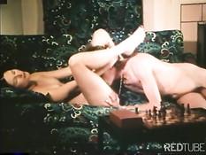 Девушка из старинного немецкого порно делает минет и трахается