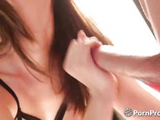 Сисястая девушка Holly Michaels на кровати оттрахана в рот и киску