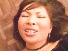 Симпатичной азиатке всунули большой чёрный член в киску и анус