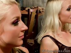 Эти молодые лесбиянки любят грубые и жёсткие сексуальные игры