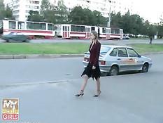 Молодая русская шалава трахается с двумя незнакомыми ребятами