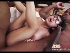 Два смуглых братана оттрахали очкастую порно актрису Mia Khalifa
