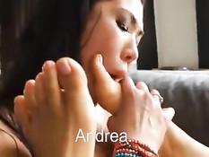 Лесбияночка Asa Akira сосёт киску, а девушка вылизывает ей ноги