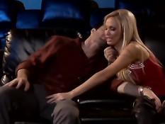 Блондинка Nikki Benz делает глубокий минет и трахается с мужиком