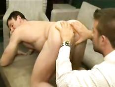 Солидные джентльмены в деловых костюмах занимаются гей сексом