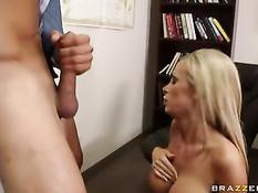 В рабочий анус сисястой блондинке Nikki Benz всунули большой хуй