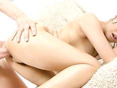 Восточная девушка мастурбирует клитор во время анального секса