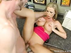 Блондинка Nikki Benz делает минет и дрочит хуй большими сиськами