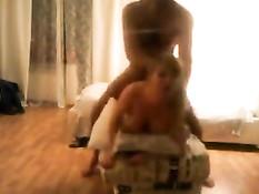 Мужчина трахает раком молодую подругу и снимает на видеокамеру