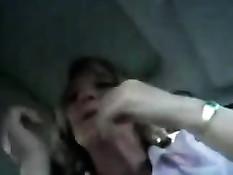Парень крупным планом снимает видео, как тётка делает ему минет