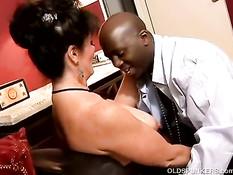Старая брюнетка с бритым лобком захотела секса с чёрным парнем