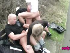 Немецкая молодёжь занимается сексом у речки на свежем воздухе
