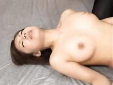 Две японские лесбиянки трахают друг друга вибраторами в позе 69