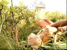 Молодая блондиночка делает минет и трахается с мужчиной в лесу