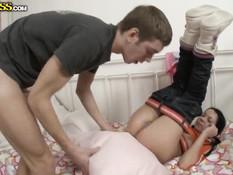 Русская брюнеточка с хвостиками показала сиськи и дала в задницу