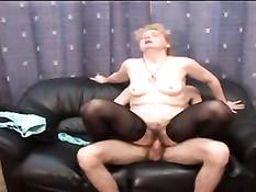 Мамочка Рита раздевает парня и даёт ебать себя в волосатую пизду